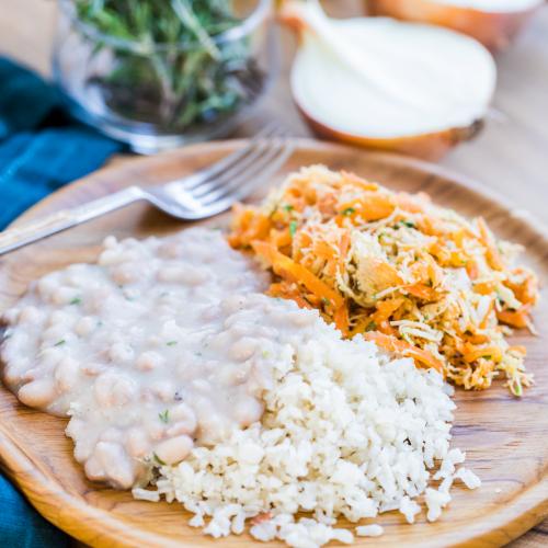 Frango desfiado com arroz e feijão