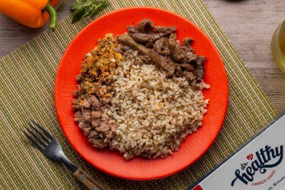 Picadinho de carne, arroz integral, feijão e farofa