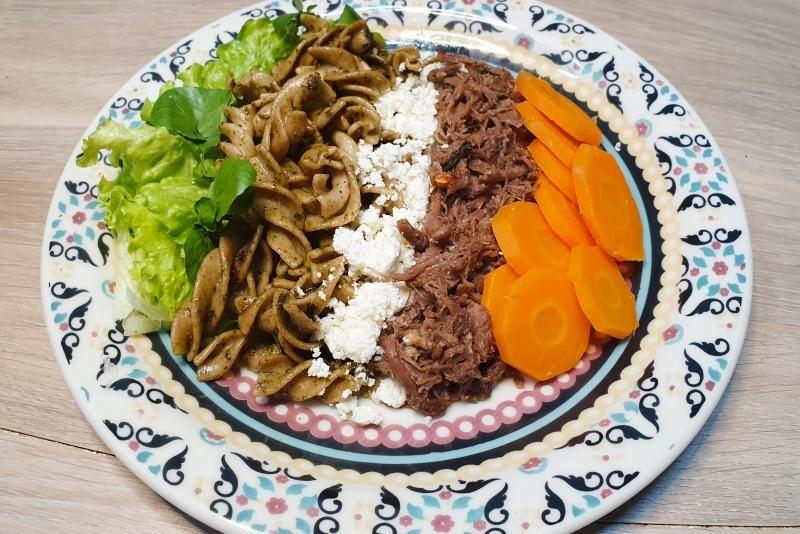 Carne assada desfiada + massa fit com molho pesto + cenoura