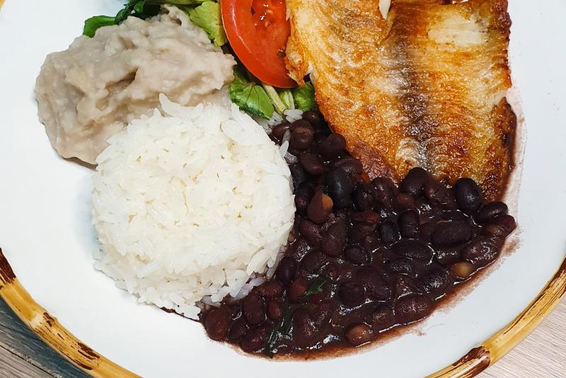 Filé de tilápia + arroz integral + feijão preto + batata doce