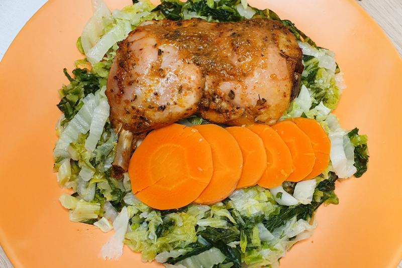 Sobrecoxa + cenoura + acelga