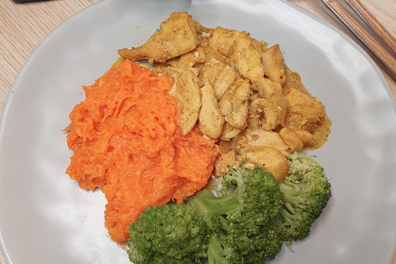 Frango ao curry + purê de abóbora + brócolis