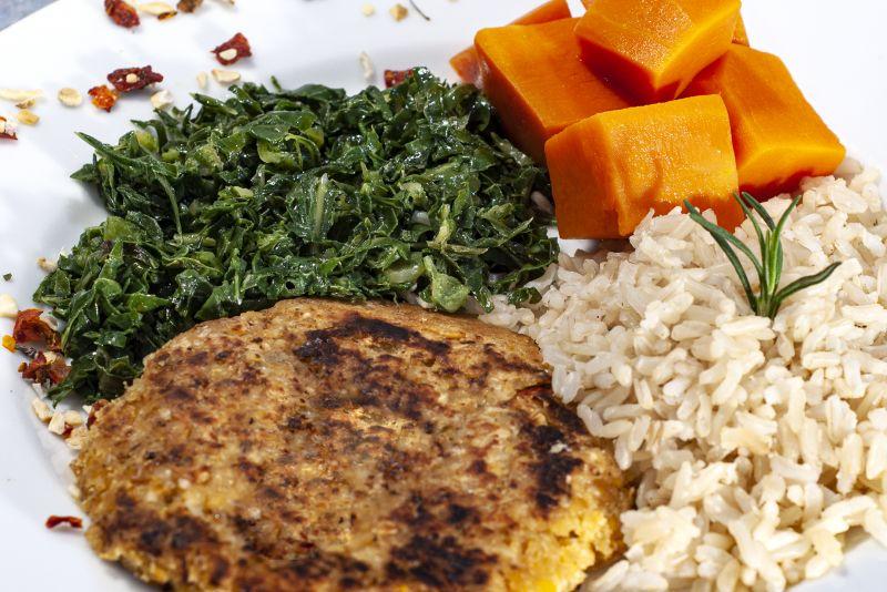 Búrguer de grão de bico + abóbora + couve + arroz 7 grãos
