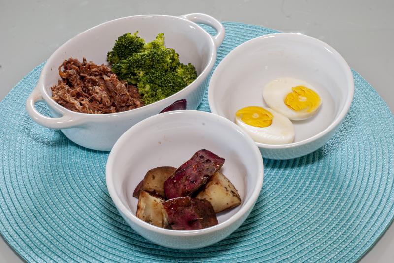 Carne assada desfiada + batata doce assada + couve + cenoura + ovo