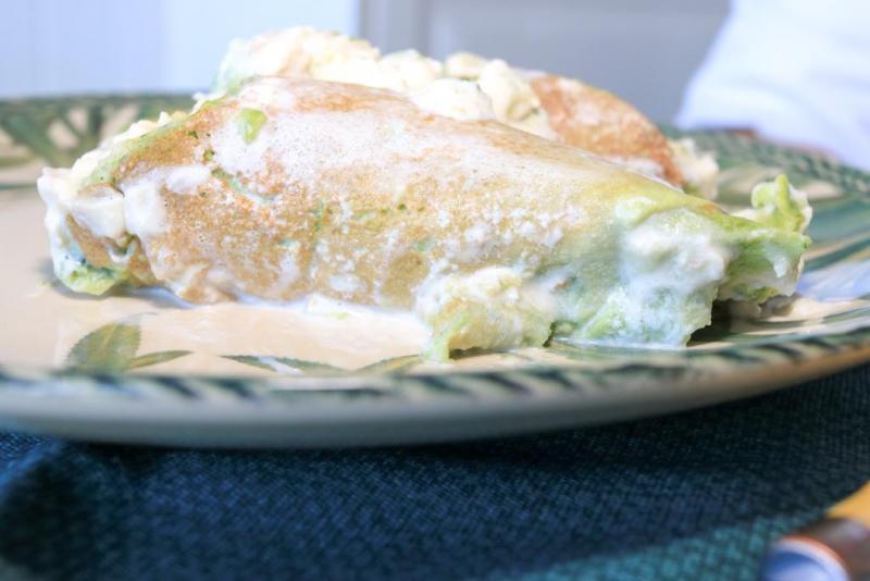 Panqueca de espinafre recheada com carne moída + molho branco + parmesão