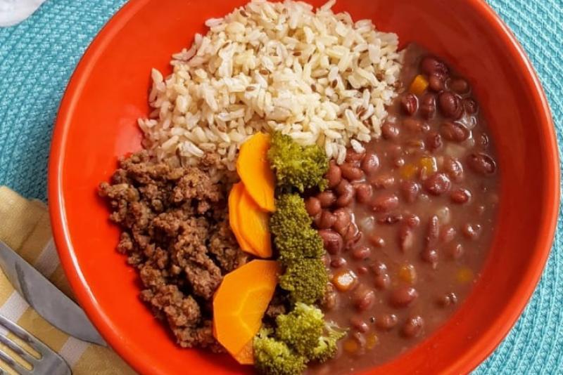 Carne moída + arroz integral + feijão carioca + cenoura + brócolis
