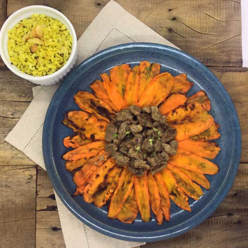 Cubos de filé mignon ao  molho mostarda, cenouras laminadas e arroz integral com amêndoas
